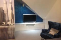 тумба под телевизор из белого глянца с выдвижными ящиками и откидными дверками