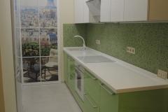 Белый и салатовый глянец на фасадах кухни. Столешница из белого искуственного камня с глянцевой поверохностью