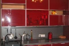Кухня с фасадаи из глянцевого стекла в алюминиевом профиле