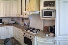 Кухня с фасадами из дерева