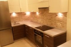 Кухня угловая, со встроенной техникой. Верхние фасады из глнцевого материала. Нижние фасады из ЛДСП