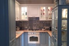 Кухня в стиле кантри с подсвеченными витринными шкафами