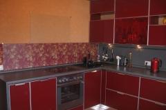Кухня с дверками из глянцевого стекла в тонком алюминиевом профиле