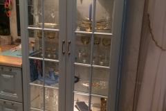 Витрина для кухни с полками из стекла, с подсветкой. Дверки и боковые стенки из стекла в рамке мдф
