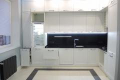 угловая кухня с фасадами из белого мдф со встроенной техникой