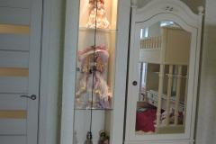 Витрина со стеклянной дверкой и полками