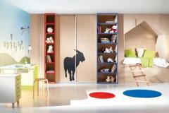 Встроенный шкаф-купе для детской комнаты. Открытые стеллажи. Стол с выдвижными ящиками.