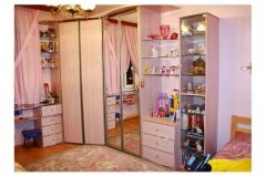 Комната для девочки. Встроенный угловой шкаф купе. Стол из калённого стекла с тумбой. Стеллажи с комодом.