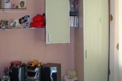 колонки, тумбы и подвесные шкафчики с фасадами из сатинированного зеркала в алюмииевом профиле