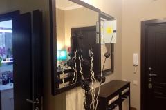 Выдвижное зеркало для прихожей, за которым находится электрический считок
