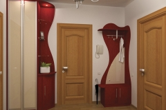 Шкаф с распашными дверками в алюминиевом профиле Угловой, открытый элемент с тукмбой Радиусные полки из стекла Подсветка Открытая вешалка с тумбой