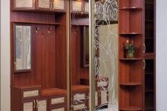 Прихожая угловая. Раздвижные зеркальные двери с пескоструйным рисунком. Распашные двери в рамке мдф со вставками из ротанга и стекла.Подсветка встроенная.