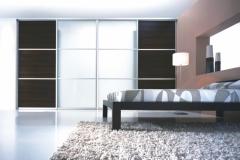 Встроенный шкаф купе в спальне. Нижне опорная система направляющих. Двери купе из трёх сегментов стекло матовое и ЛДСП.