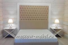 Кровать с изголовьем из кожи в обрамление багетной рамы. Прикроватные тумбочки из шпона дуба