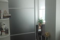 Межкомнатная, раздвижная дверь в алюминиевом профиле со встаквами из матового стекла