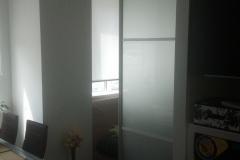 Межкомнатная, раздвижная дверь в алюминиевом профиле со вставками матового стекла