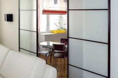 Межкомнатные перегородки; верхнеподвесная система; алюминиевый профиль; вставка стекло сатинато из четырех сегментов