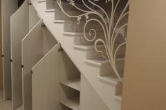 Встроеннный шкаф под лестницей с распашными дверками из лдсп