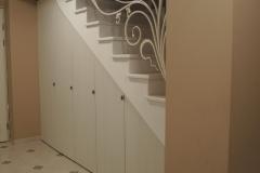 Распашные-шкафчики-под-лестницей