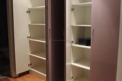 Шкаф с полками внутри и срапашными дверками из глянца