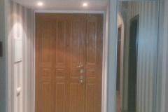 Андресоль над входной дверью и встроенный зеркальноый шкаф с одной дверкой