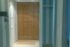 Шкаф в нишу в прихожей с распашной зеркальной дверкой