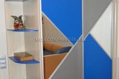 Шкаф купе в комнату мальчика. Раздвижные двери комбинированные из вставок лдсп серого, голубого цветов и зеркала