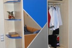 Внутреннее наполнение шкафа купе- штанга для одежды и полки.