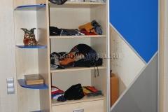 Внутреннее наполнение шкафа-выдвижные ящики и полки для одежды.