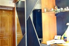 Шкаф-купе с угловыми радиусными полками из стекла