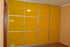 встроенный шкаф купе с дверями из глянцевого стекла