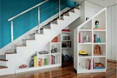 Выдвижные стеллажи под лестницей.