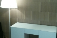 Белый глянцевый стол с дверками и выдвижными ящиками