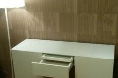 Стол из белого глянца с выдвижными ящиками