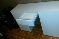 Белый стол с выдвижными ящиками