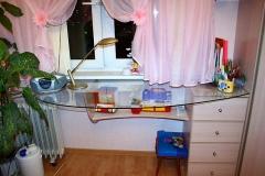 Стол со столешницей из закалённого стекла. Тумба с выдвижными ящиками