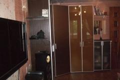 Угловой шкаф Распашные дверки из стекла шоколадного цвета в алюминиевой рамке Угловые стеклянные полки