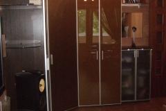 Угловой шкаф с распашными дверками из глянцевого стекла