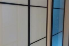 Встроенный в нишу шкаф купе со вставками из белого стекла lacobel и межкомнатная перегородка из сатинированного стекла в профиле квадро