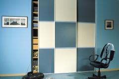 Встроенный в нишу шкаф с раздвижными дверями из вставок разных цветов
