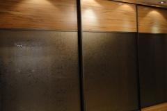 Встроенный шкаф купе Двери в алюминиевом профиле цвета коньяк со вставками из лдсп и зеркала уади бронза