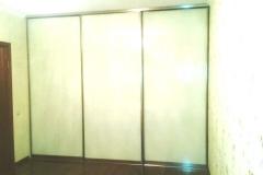 Встроенный шкаф купе с дверями из белого стекла lakobel.