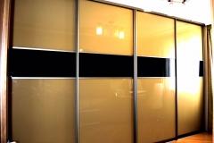 Встроенный шкаф купе с дверями из глянцевого стекла в алюминиевом профиле