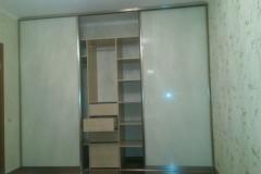 Встроенный шкаф купе с дверями из стекла lakobel. Секция с ящиками