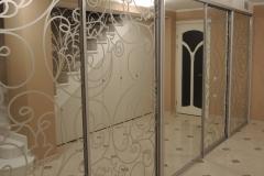 Встроенный шкаф купе с раздвижными дверями в алюминиевом профиле с пескоструйным рисунком на зеркале