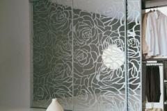 Встроенный шкаф купе . Зеркальные двери с пескоструйным рисунком в алюминиевом профиле
