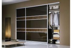 Встроенный шкаф-купе. Двери из пяти сегментов стекла с плёнкой оракал в алюминиевом профиле