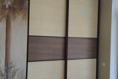 Встроенный шкаф купе. Раздвижные двери со вставками из бамбука