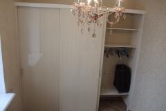 Встроенный шкаф с раздвижными дверями из влагостойкого лдсп