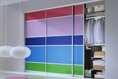 Встроенный шкаф с раздижными дверями со вставками из стекла разных цветов